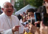 """Papa Francisco: jovens estão virtualizados e devem """"aterrissar"""" na realidade"""