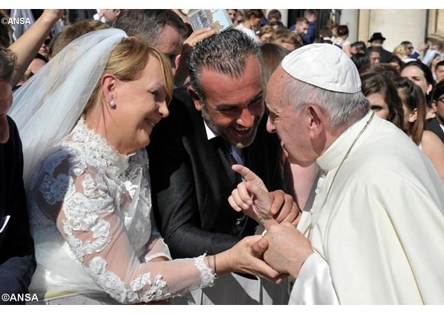 """Papa: Igreja deve amparar quem tem a """"coragem"""" de se casar"""