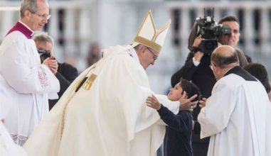 Papa abraça Lucas, brasileiro curado por milagre de Pastorinhos de Fátima