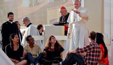 """Papa aos jovens: """"Felicidade é amar a Deus e aos outros"""""""
