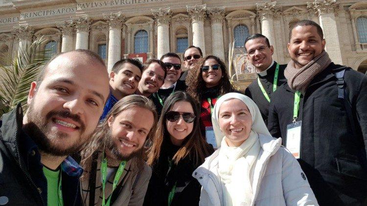 Jovens entregam documento da Reunião pré-sinodal ao Papa