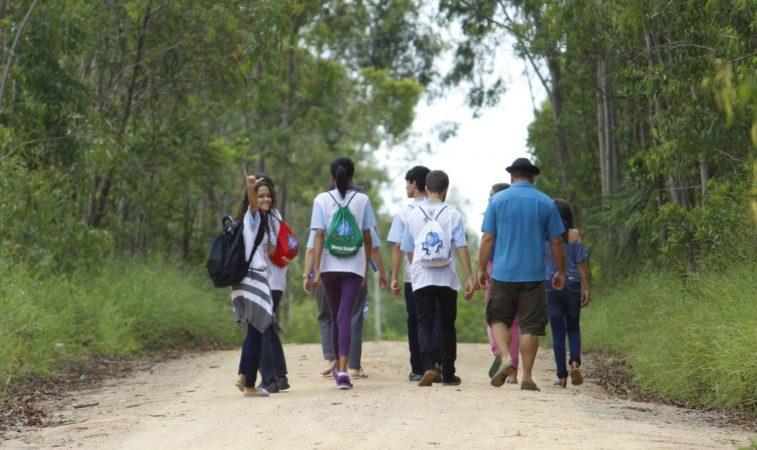 Um padre, muitos jovens e uma mochila