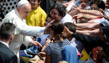 """Papa Francisco convida a ser """"jovem jovem"""" e não """"jovem envelhecido"""" para enfrentar os desafios."""