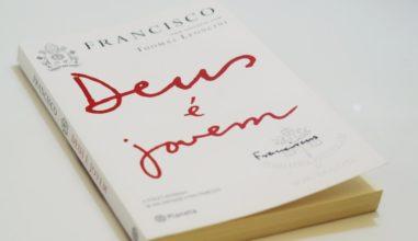 """""""O coração da Igreja é jovem"""" Papa Francisco dialoga com a juventude em livro"""