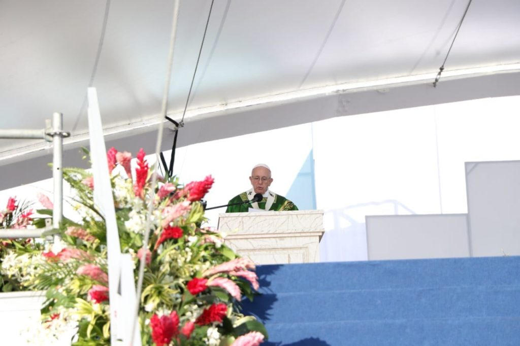 Papa Francisco em frente ao ambão durante homilia na missa final da JMJ 2019