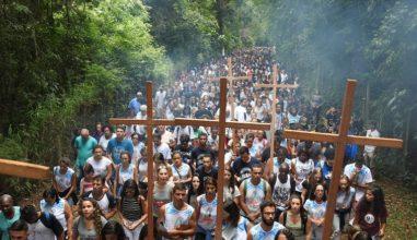 Via-Sacra Jovem reúne 7 mil pessoas em Juiz de Fora/MG