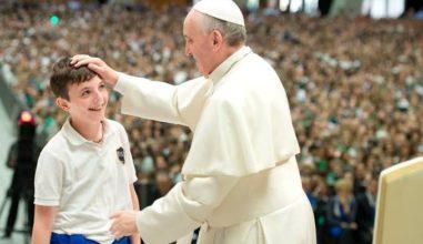 """Papa aos estudantes: """"Quem não vive para servir não serve para viver"""""""