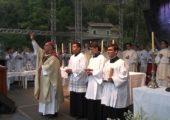 """Juventude da Diocese de Petrópolis/RJ celebra 25 anos do """"Adorai"""""""