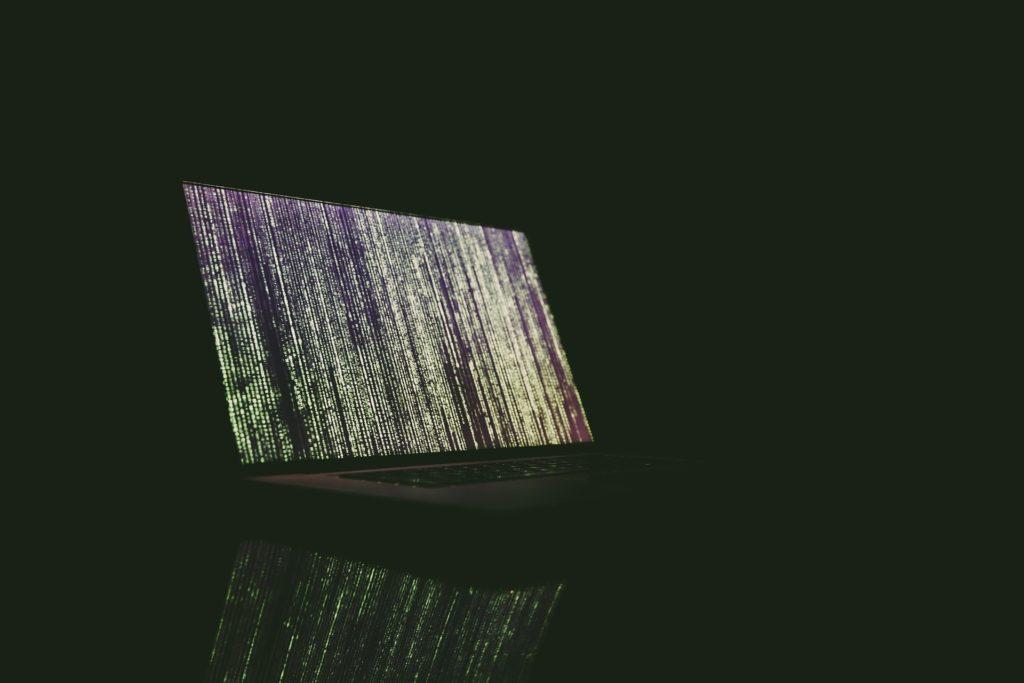 Foto de uma tela de computador com algoritmos - credito da imagem para Markus Spiske